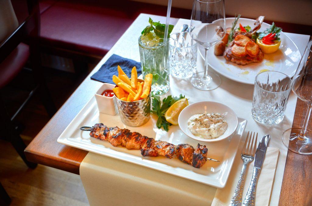ארוחה במסעדה יוונית