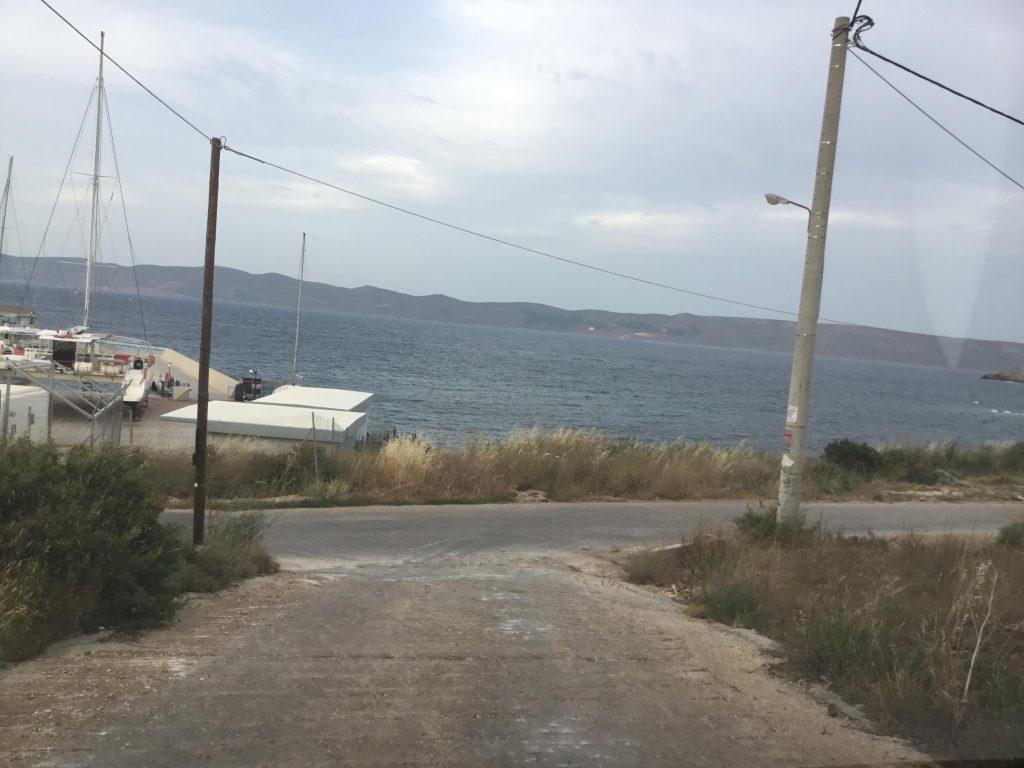 הדרך הראשית המובילה אל הבית במרחק קצר מהים
