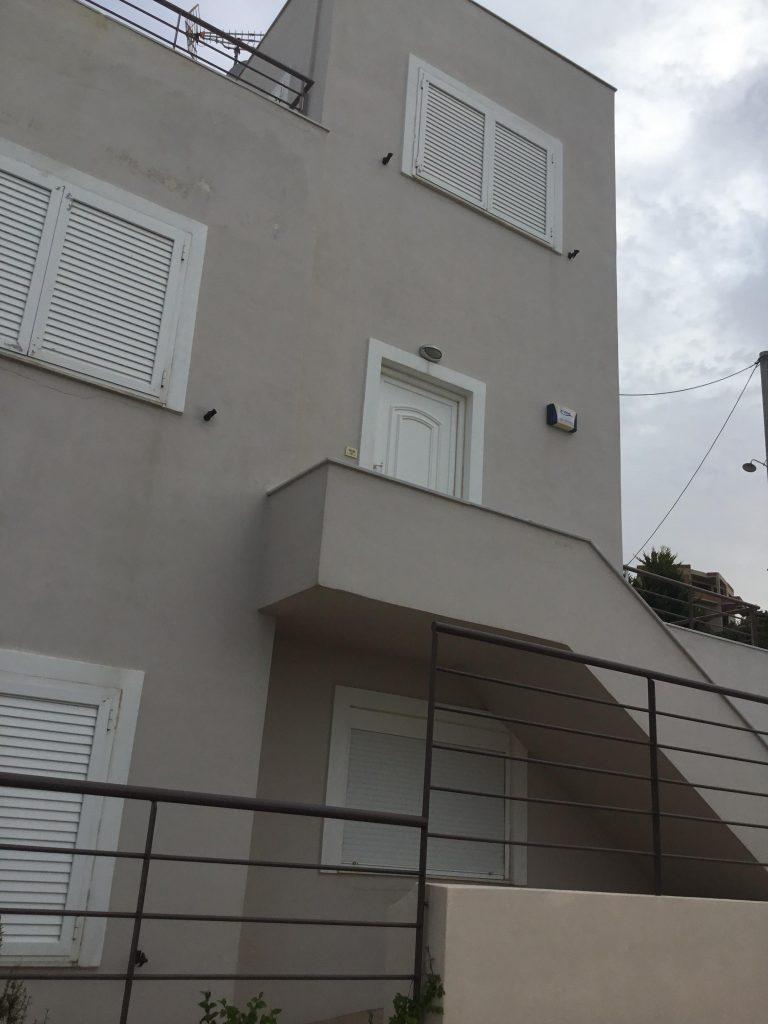 בית פרטי למכירה ביוון, בעל שלושה קומות עם כניסה נפרדת