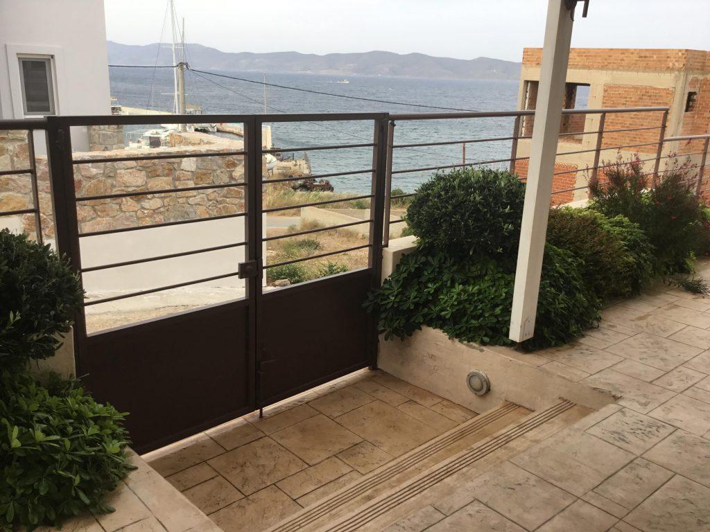 השער הראשי של הבית והנוף אל הים