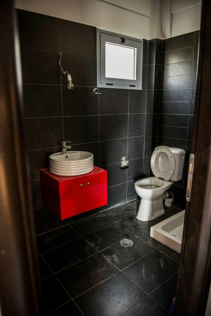 חדר השירותים והמקלחת