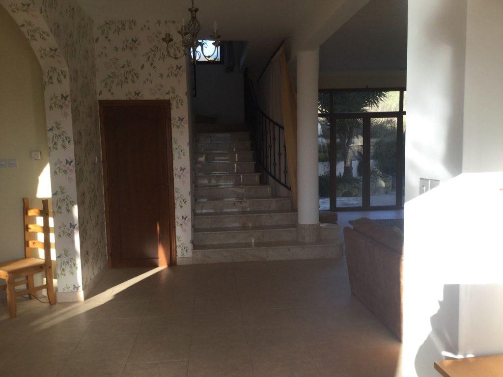 חדר המדרגות המוביל אל חדרי השינה בקומה העליונה