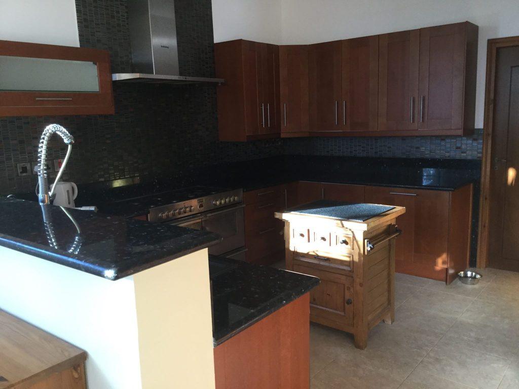 המטבח כולל אי באמצע