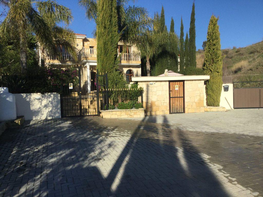 השער החיצוני והכניסה הראשית למתחם של הוילה