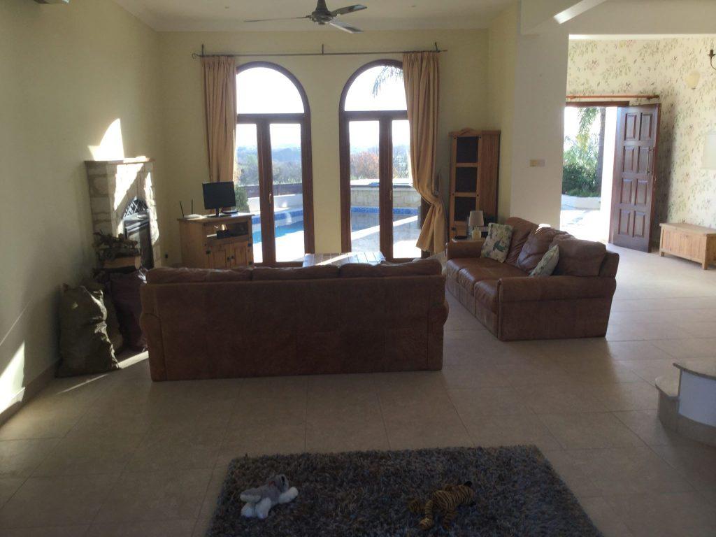 הסלון כולל קמין חימום ומשקיף אל הבריכה החיצונית