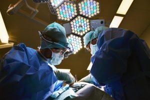 שחרר נפיחה בזמן ניתוח ושרף את פני הרופא